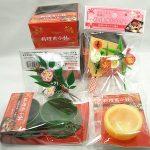 おせちを詰めるお重の仕切りに100円ショップの日本製正月飾り、小鉢を活用する